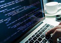 Программист программирует сайт